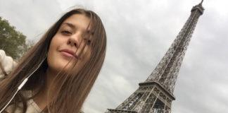 Laura Perini under the Tour Eiffel in Paris